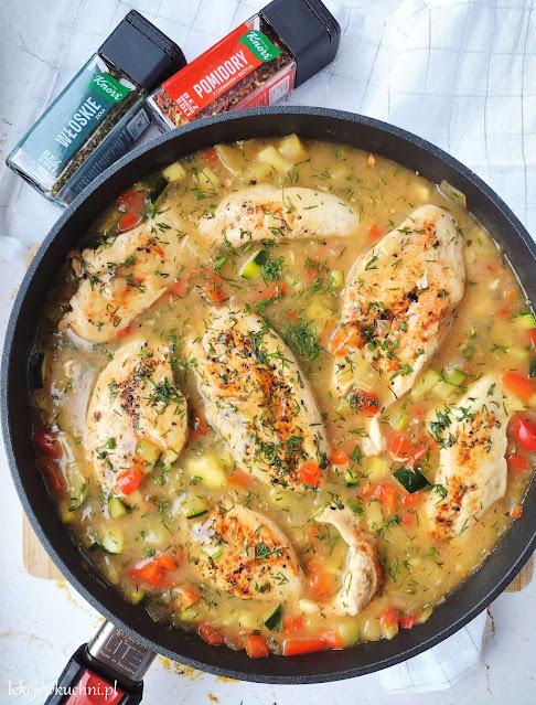 Pierś z kurczaka w sosie koperkowym z cukinią i papryką przepis