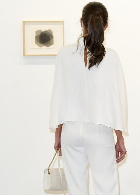 Queen Letizia wore a new short cape by On Atlas, and falling jasmine earrings by Carolina Herrera. Furla white leather shoulder bag