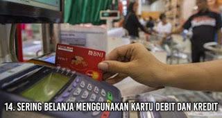 Sering Belanja Menggunakan Kartu Debit dan Kredit tanpa sadar membuat uangmu cepat habis