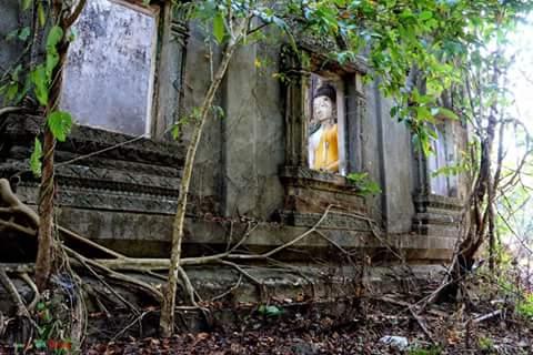 วัดสมเด็จเก่า อยู่ตรงข้ามเมืองบาดาล เป็นวัดของชาวไทย ที่ไม่ได้จมอยู่น้ำใต้น้ำเหมือนวัดอื่น แต่เป็นวัดถูกทิ้งร้าง
