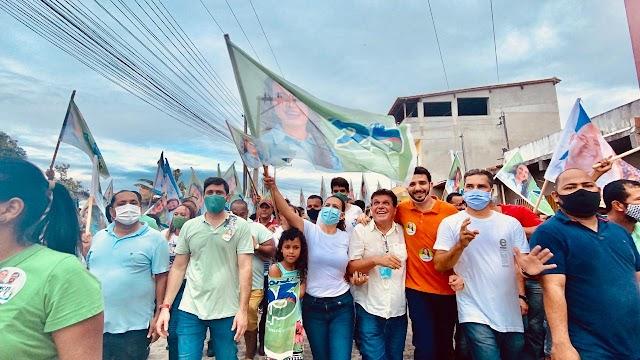 A candidata a prefeita Cordélia (DEM) e o candidato a vereador Abobrão (Republicanos) reúnem amigos para um bate papo na Sapucaeira.