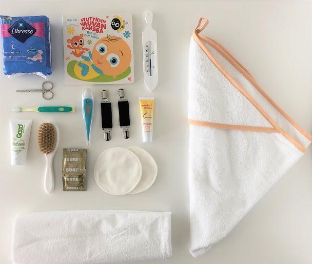 Äitiyspakkaus 2019 tarvikkeita sekä pyyhe ja patjansuoja