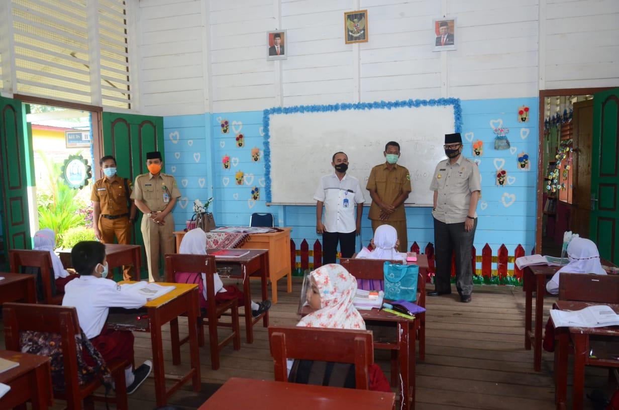 Cegah Penyebaran Covid-19, Kapolsubsektor Penuba Kunjungi Sekolah dan Sosialisasi Protokol Kesehatan