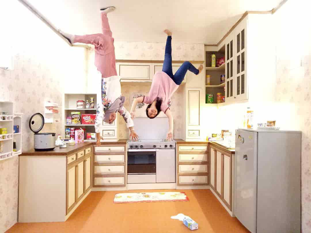 Pengen Foto Serasa Jungkir Balik dan Melawan Gravitasi? Yuk Ke Upside Down World Jogja