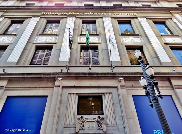 Perspectiva inferior da fachada do prédio da BM&F/BOVESPA/B3 - Centro - São Paulo