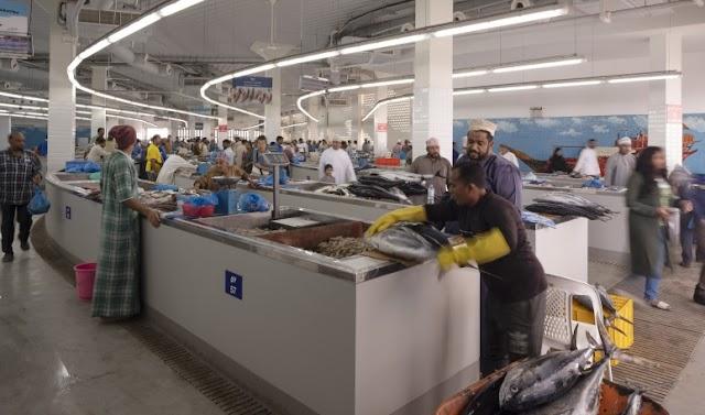 سوق لبيع السمك في الصباح وفضاء ساحر للتنزه في المساء