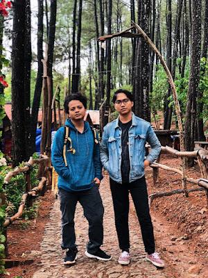 jalan akses menuju tempat makan di dalam hutan pinus pengger. memiliki jalan setapak bebatuan dengan pagar kayu-kayu jati, dan dikelilingi pohon-pohon pinus yang tinggi menjulang