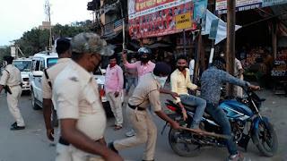 सासाराम:-सरकार के लोक डाउन के घोषणा के बाद भी सड़क पर निकल रहे बाइक सवार को  पुलिस जम कर कर रही पिटाई