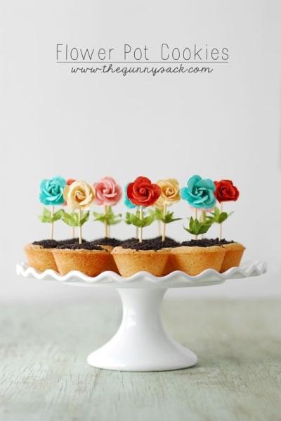 Warna yang cerah dan mencolok, serta mudah dibuat, membuat flower pot cookies ini cocok untuk melengkapi pesta