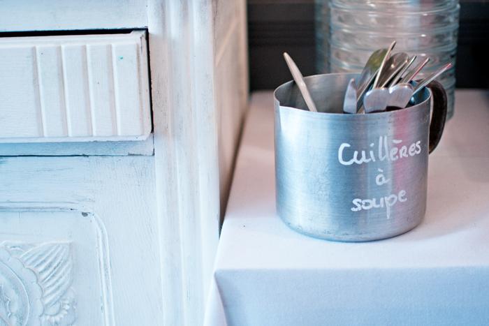 détail d'un pot de cuillères au Restaurant le clou de girofle à Caen
