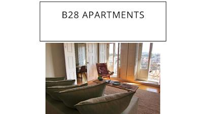 cadeira e sofas em sala com portas abertas
