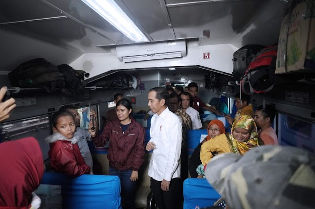 Presiden Jokowi Tinjau Arus Mudik di Stasiun Pasar Senen