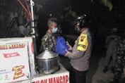 Para Pedagang Hampir Kabur Saat Didatangi Polisi, Ternyata Kapolres Karanganyar Bagi Sembako