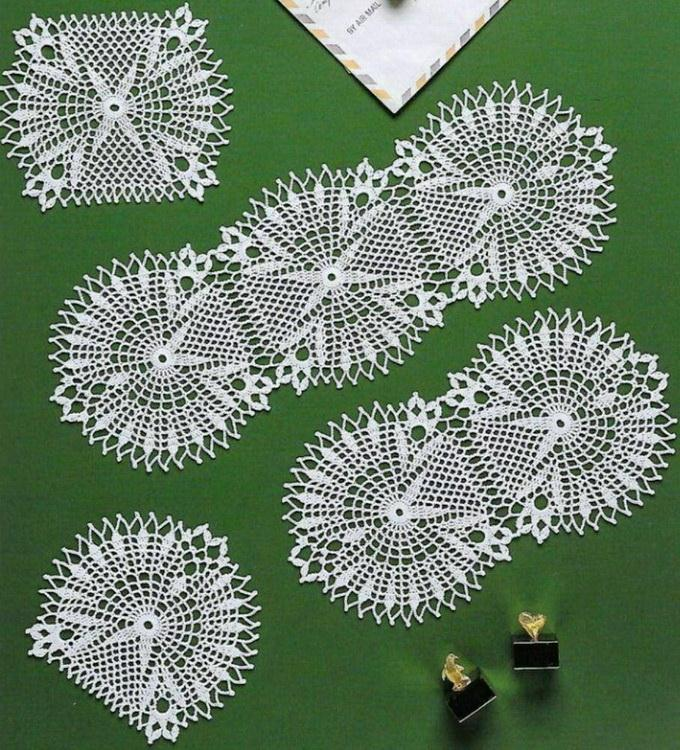 Doilies - easy crochet patterns, Two types of doilies and table runner