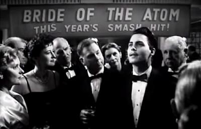 Edd Wood rodeado de admiradores en la entrada de un cine