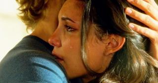 Θέλω να βρω μια αγκαλιά. Να χωθώ μέσα της και να κλαίω για τη προδοσία και τα ψεύτικα τα «σ' αγαπώ»…