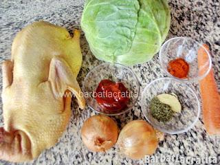 O rata intreaga, o varza dulce, doua cepe, un morcov, pasta de tomate, cimbru, boia, dafin - ingredientele retetei