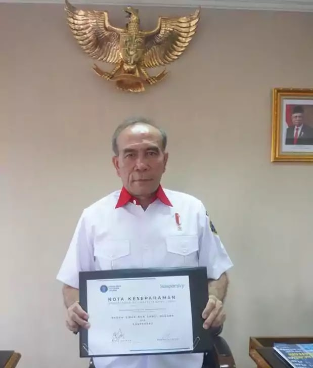 Lieutenant General Hinsa Siburian, Head of the Cyber and Crypto Agency (BSSN) of the Republic of Indonesia, holding the signed MoU with Kaspersky