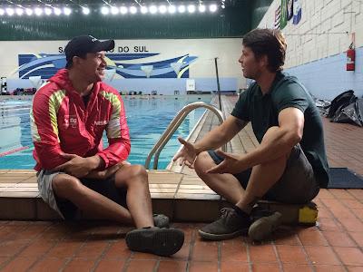 O apresentador Mario Frias (dir.) entrevista o nadador paralímpico Clodoaldo Silva - Divulgação
