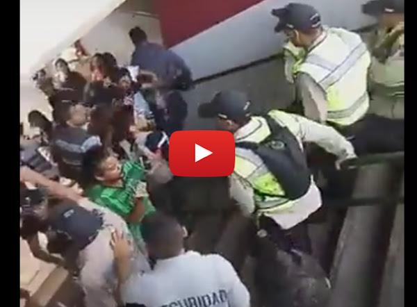 Policías salvajes azotando a la fanaticada
