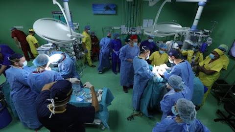 A szétválasztott sziámi ikrek egyike rekonstrukciós műtéten esett át