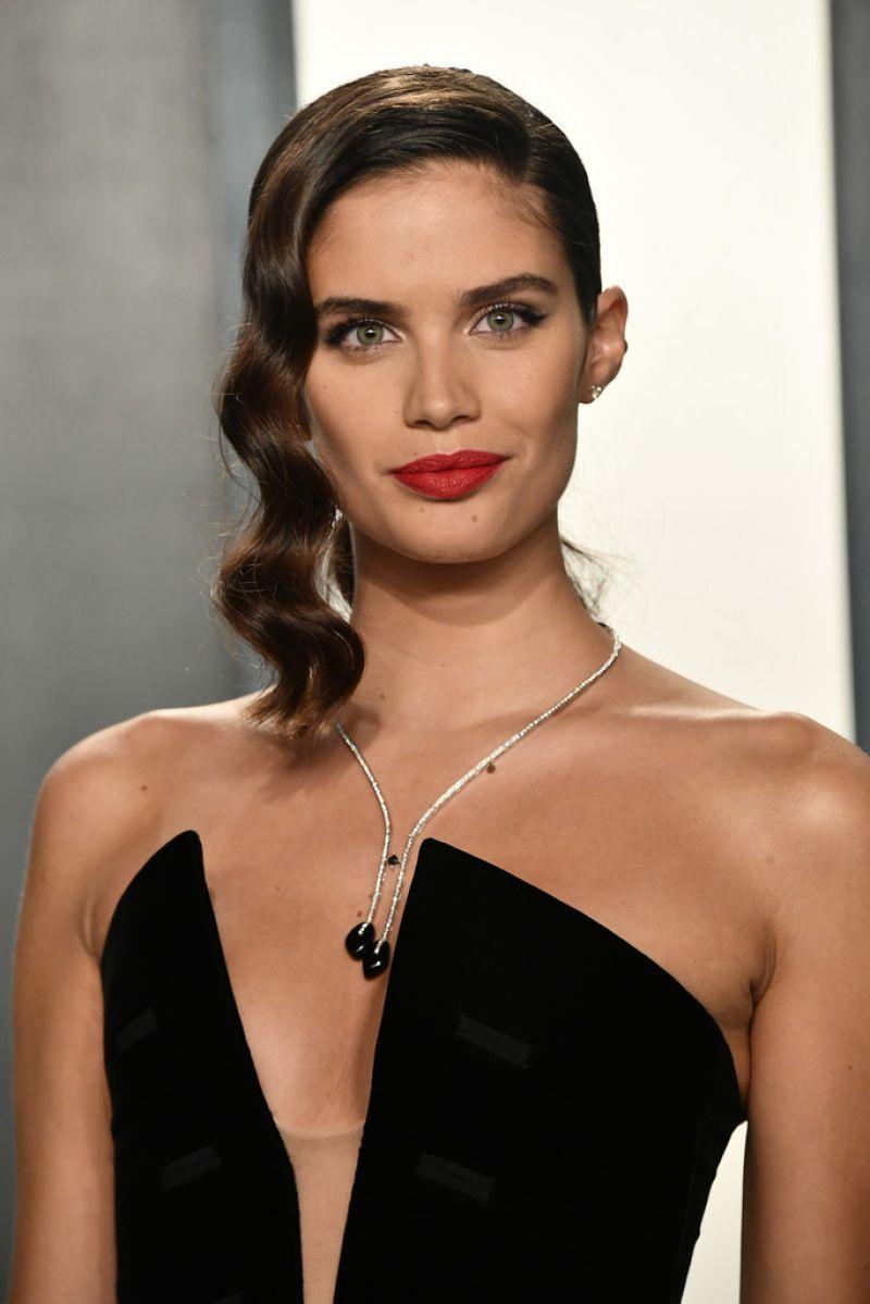 Sara Sampaio Clicks at 2020 Vanity Fair Oscar Party in Beverly Hills 9 Feb-2020