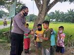 Sayang Anak-Anak, Bhabinkamtibmas Polsek Langsa Timur Bagikan Masker Pada Anak-Anak