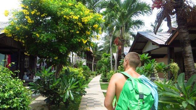 Парень с зеленым рюкзаком