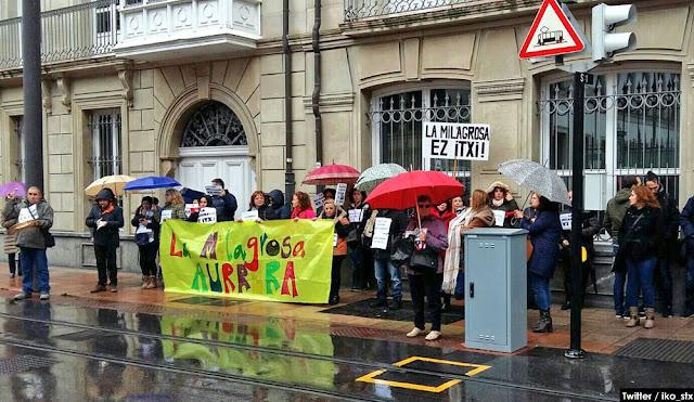 Protesta de trabajadores y familias de La Milagrosa ante el Parlamento Vasco