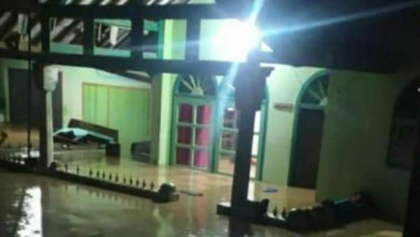 Tak Hanya Banjir, Longsor Juga Terjadi di Cianjur hingga Tutup Jalan