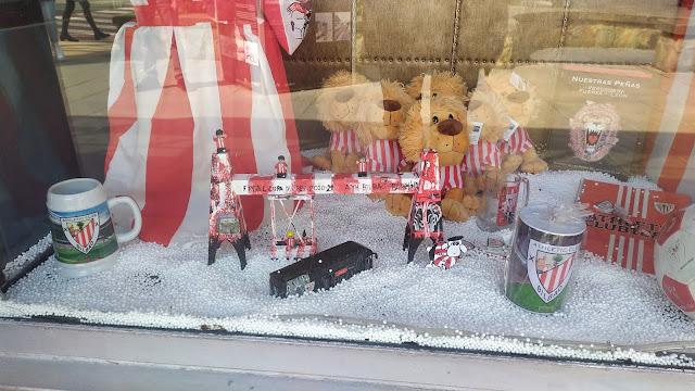 Maqueta en tienda Puente de Bizkaia de Iñigo Sarria en rojo y blanco.