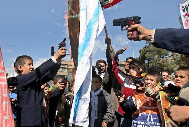 Các học sinh Iran bắn súng đồ chơi nhằm vào một lá cờ Israel