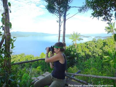Wisatawan Australia sedang memotret pemandangan laut di Raja Ampat