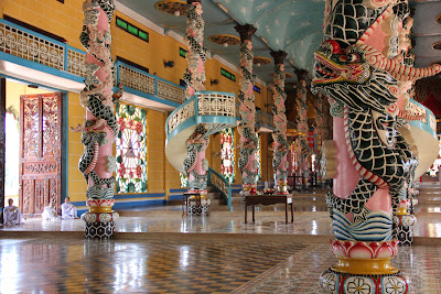 Columnas e interior del templo Cao Dai