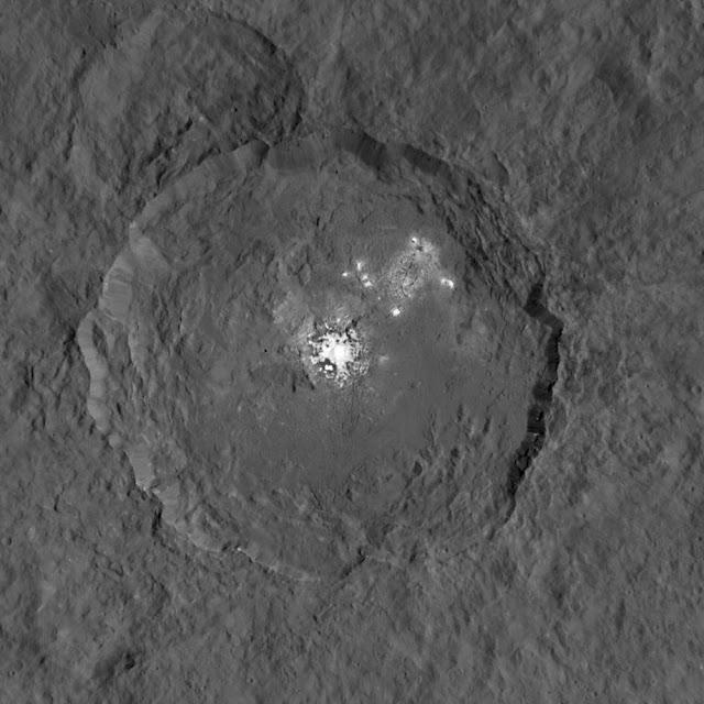 Imagen: Acercamiento de los puntos brillantes en el cráter Occator Ceres. Créditos: NASA / JPL-Caltech / UCLA / MPS / DLR / IDA Con una resolución de unos 450 píxel por píxel, esta nueva visión de Ceres se compone de dos imágenes, una que capta el detalle de los puntos brillantes, y una que captura la superficie de fondo.