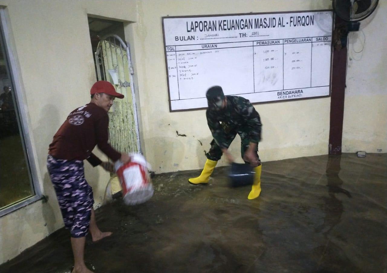 Sejumlah personel Babinsa jajaran Kodim 0410/KBL tinjau wilayah binaanya terkait derasnya hujan yang mengguyur Kota Bandar Lampung