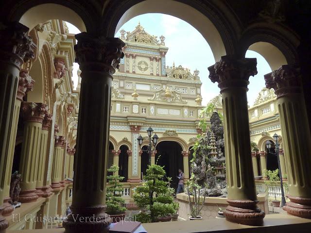 Patio interior - Vinh Trang Pagoda por El Guisante Verde Project