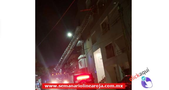Bomberos rescata a niña de un balcón y su madre se enojó