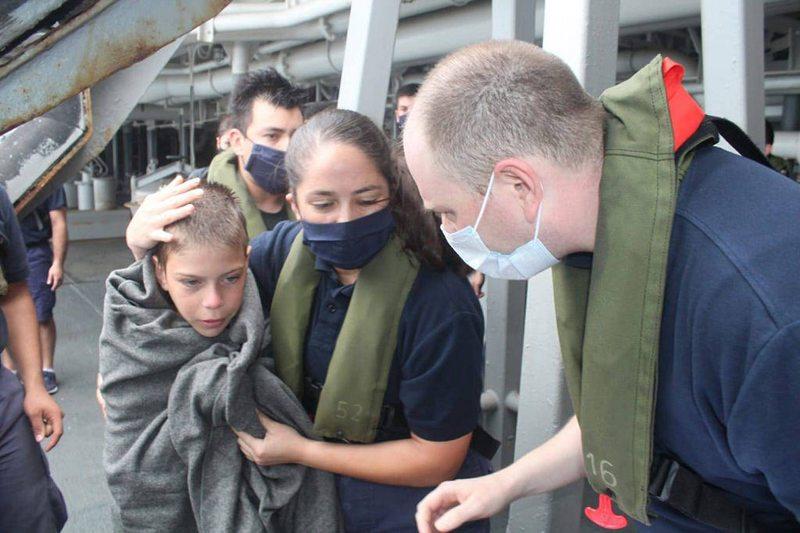 En 18 minutos marinos chilenos rescataron a familia en Panamá