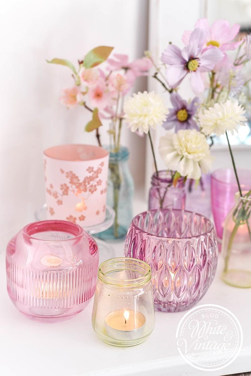 DIY-Frühlingsdeko aus transparent gefärbten Gläsern.