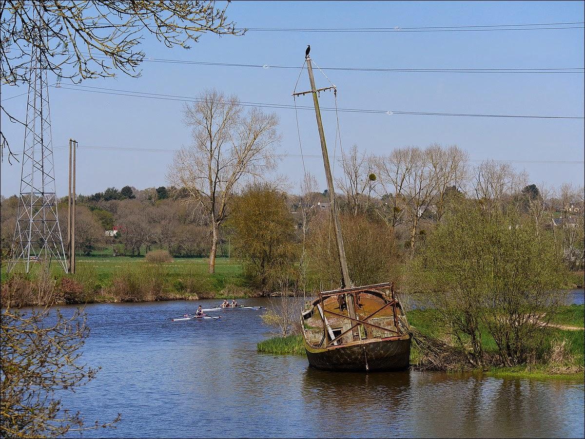 Le vieux bateau s'enfonce peu à peu dans la Vilaine