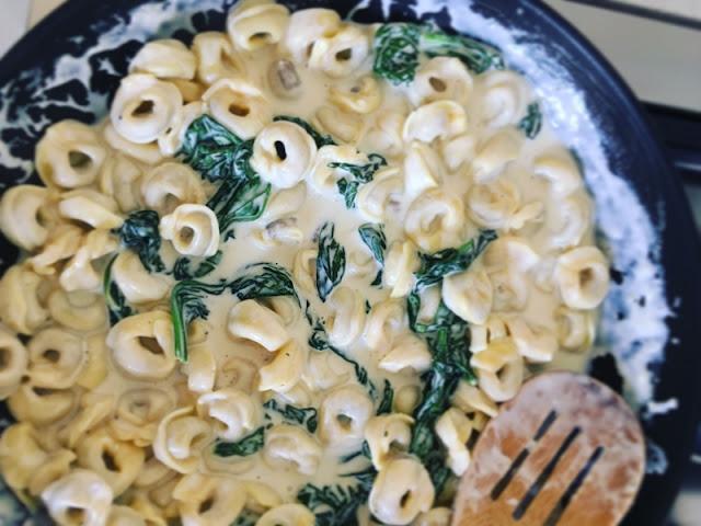 Tortellini en salsa cremosa con espinacas y pollo