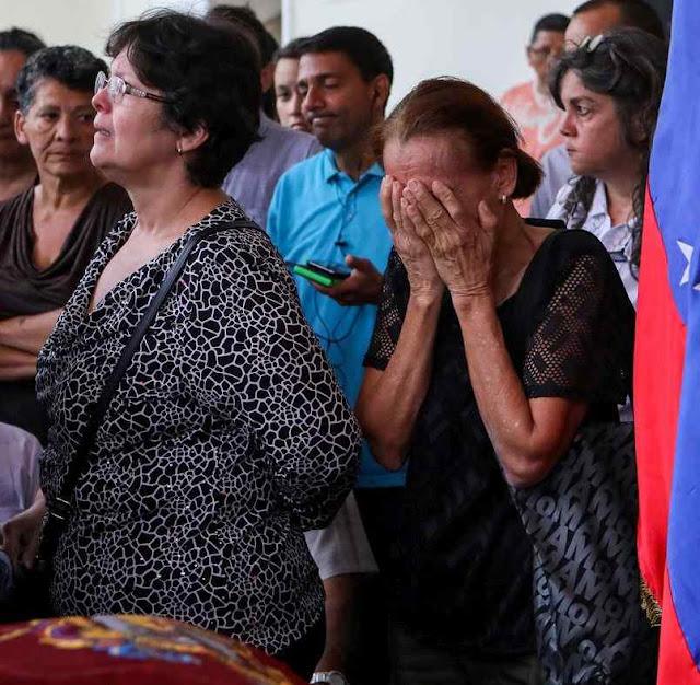 Parentes choram pelos desaparecidos.
