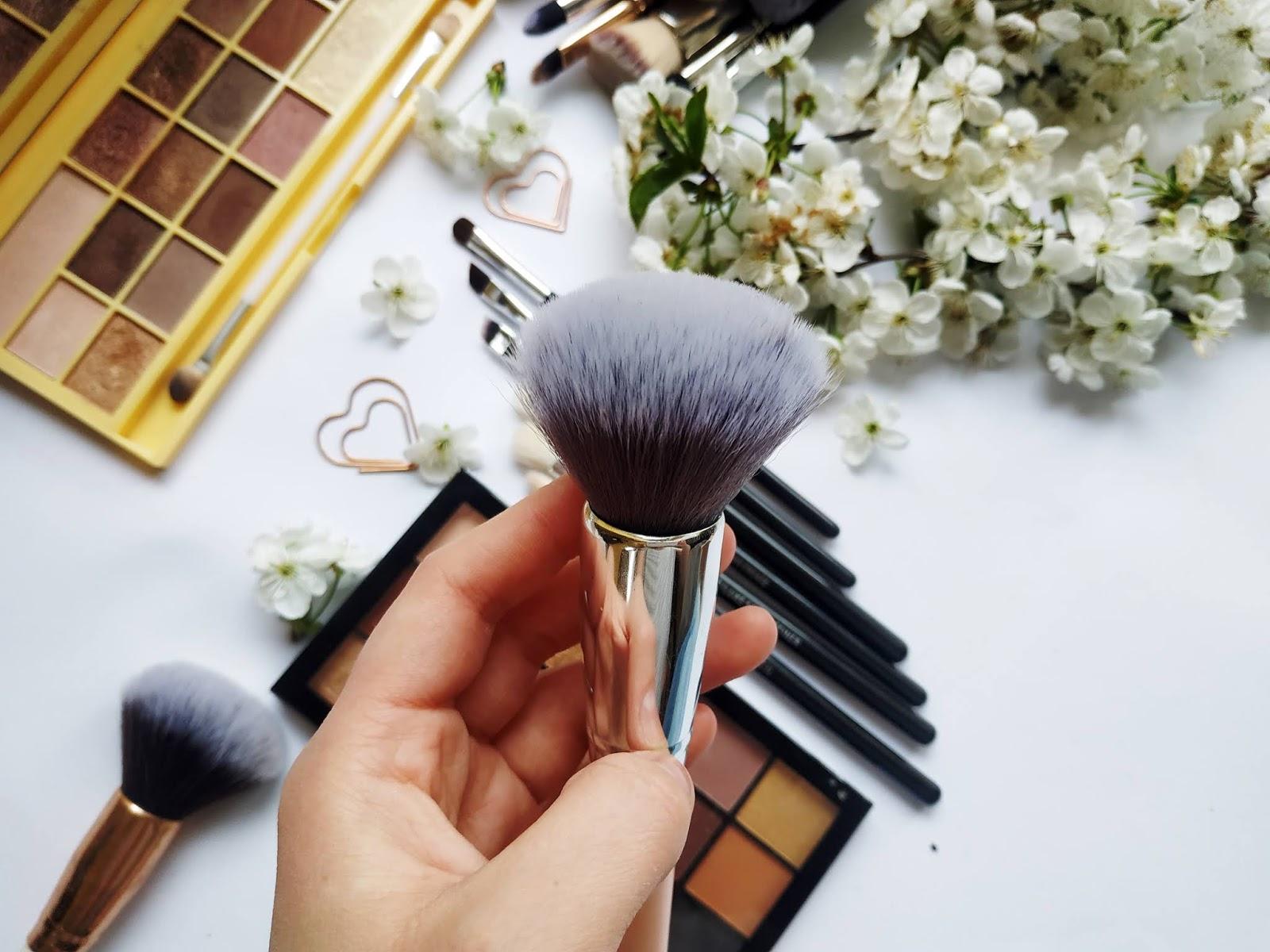 błędy podczas mycia pędzli, czym najlepiej umyć pędzle do makijażu