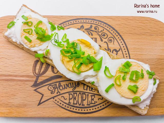 Бутерброды с рикоттой, яйцом и зеленым луком: рецепт