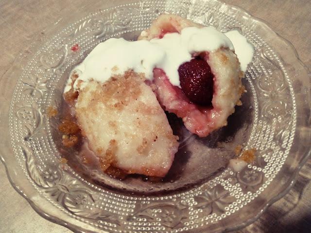 knedle ziemniaczano serowe z truskawkami knedle z owocami kluski z owocami knedle z bulka tarta na maselku kluski ziemniaczane pozywny deser obiad na slodko pyzy kartacze