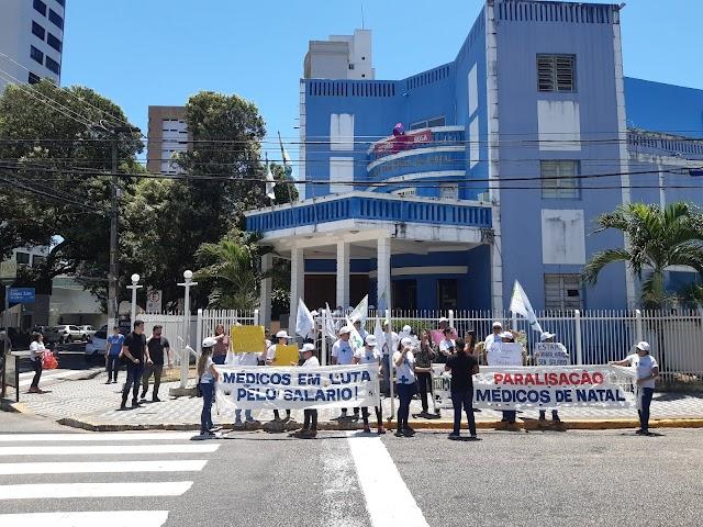 MÉDICOS REALIZAM PROTESTO NA CÂMARA