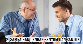 Sampaikan dengan senyum dan santun saat menegur rekan kerja yang lebih senior