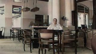 seorang wanita di ruang lobby hotel