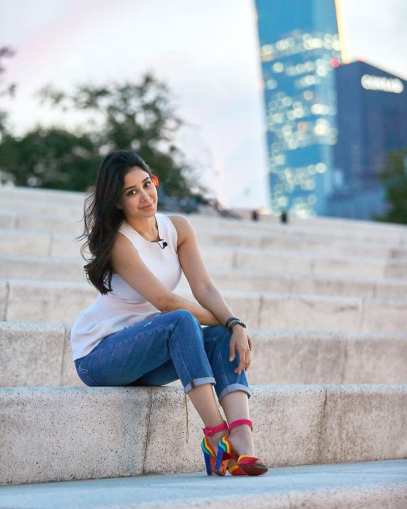 Aseel Omran artis Arab Saudi pakai Tanktop liburan